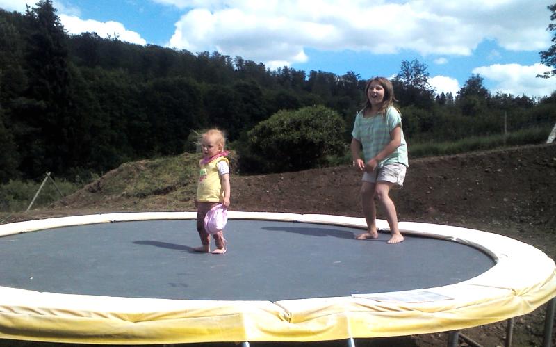 Mila und Valerie auf dem Trampolin.
