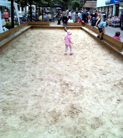 Mila in einer langen Sandkiste