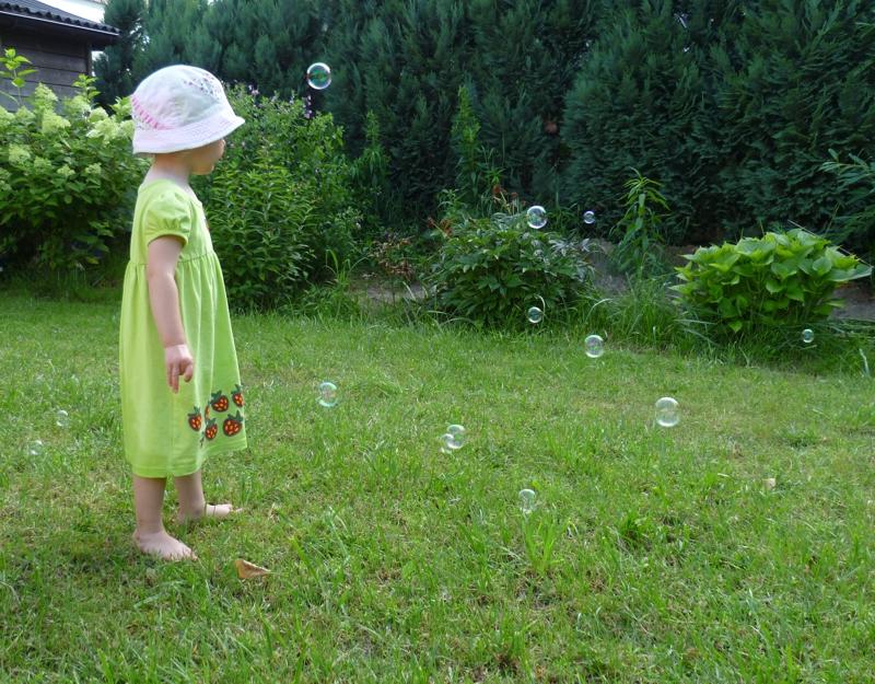 Mila und die Seifenblasen.