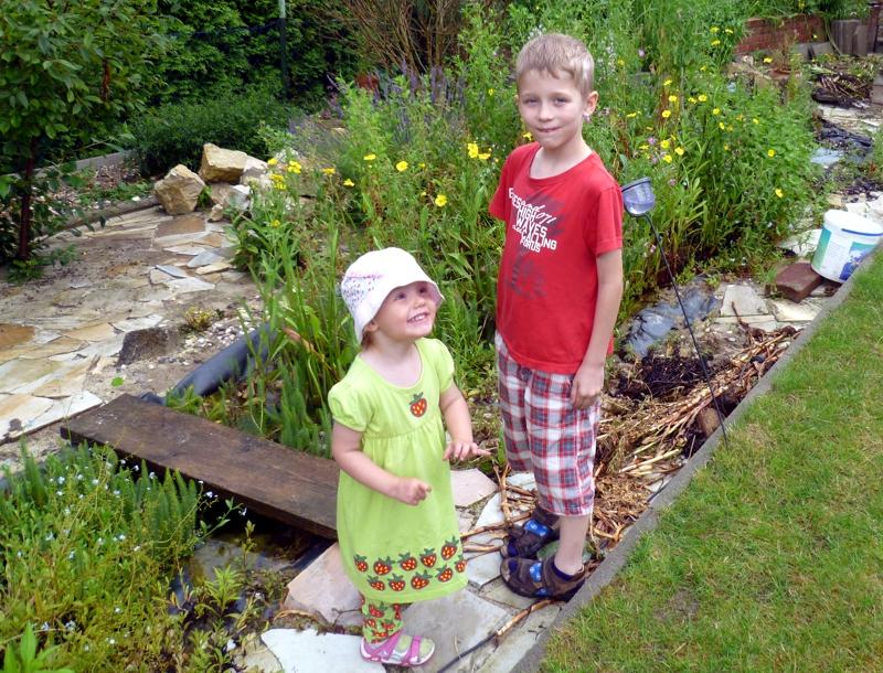 Mila mit Vince im Garten