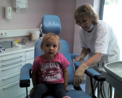 Mila auf dem Behandlungsstuhl beim Zahnarzt.
