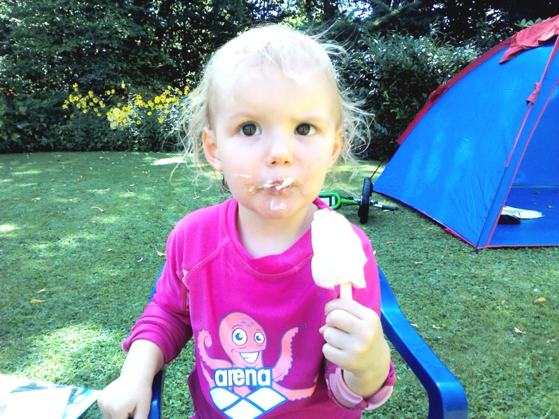 Mila isst ein Eis.