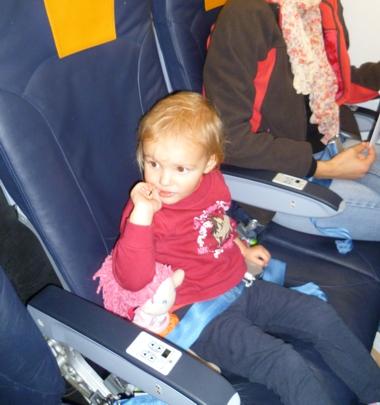 Mila hat einen eigenen Sitzplatz im Flugzeug.