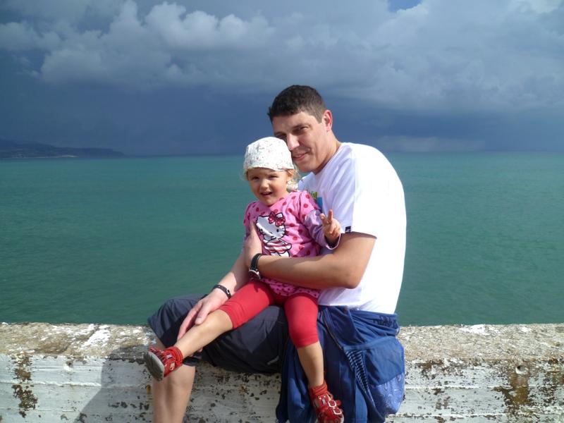 Mit Papa auf der Mauer.