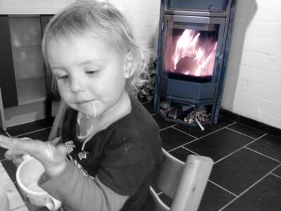 Mila beim Abendbrot mit Nudelsuppe