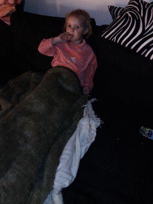 Mila in ihre Decke eingewickelt.