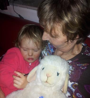 Mila schläft bei Oma.