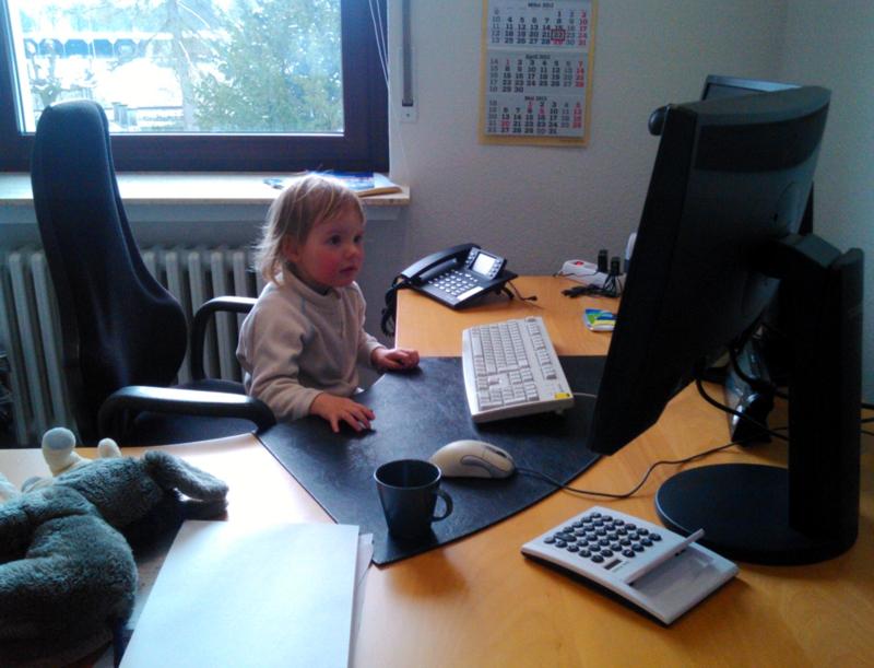 Mila im Büro
