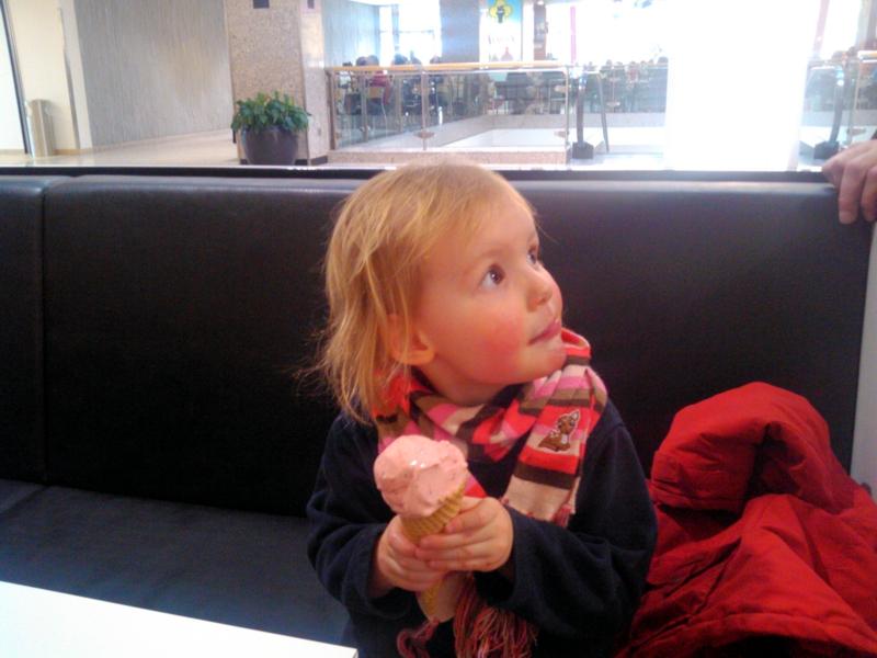 Mila und ein Eis.