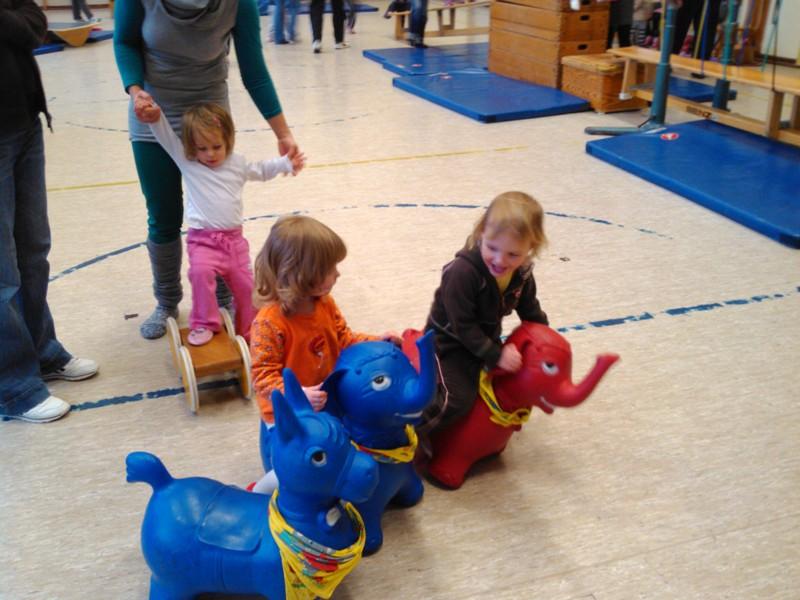 Mila und Amelie auf Elefanten.