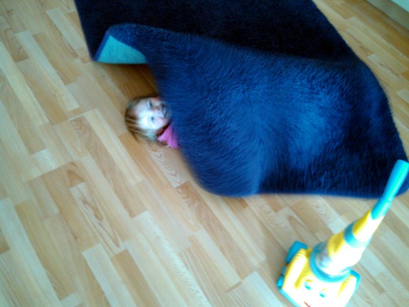 Mila unterm Teppich.