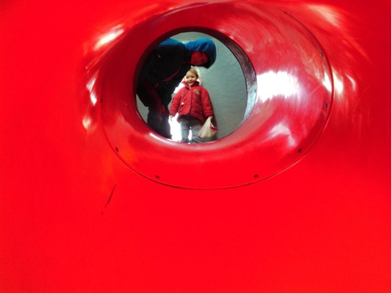 Mila und Vince im Tunnel.