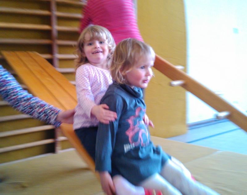 Mila und Amelie beim Sport.