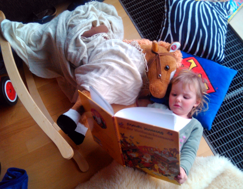 Mila liest Dada etwas vor.