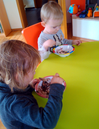 Mila und Eliah beim Eisessen.