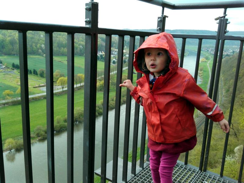 Mila auf dem Skywalk Bad Karlshafen.