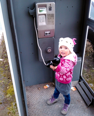 Mila in einer Telefonzelle