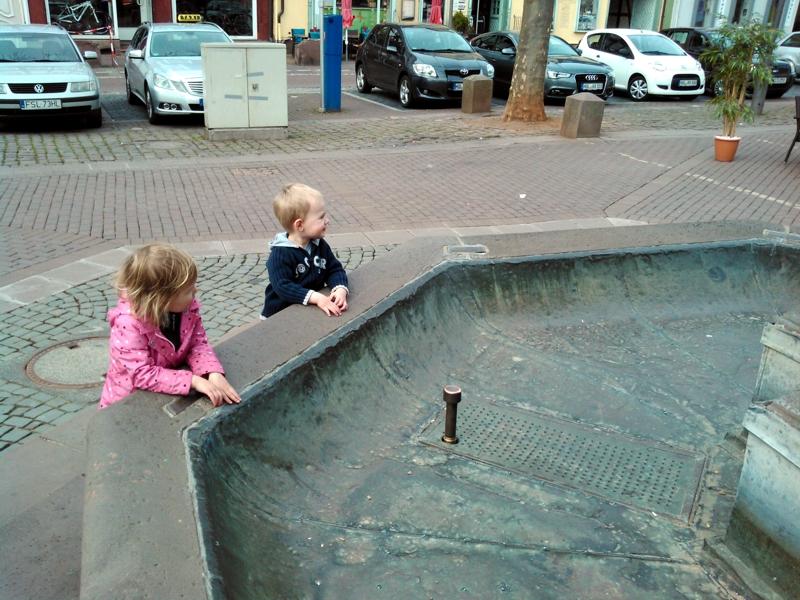 Mila und Eliah am Brunnen.