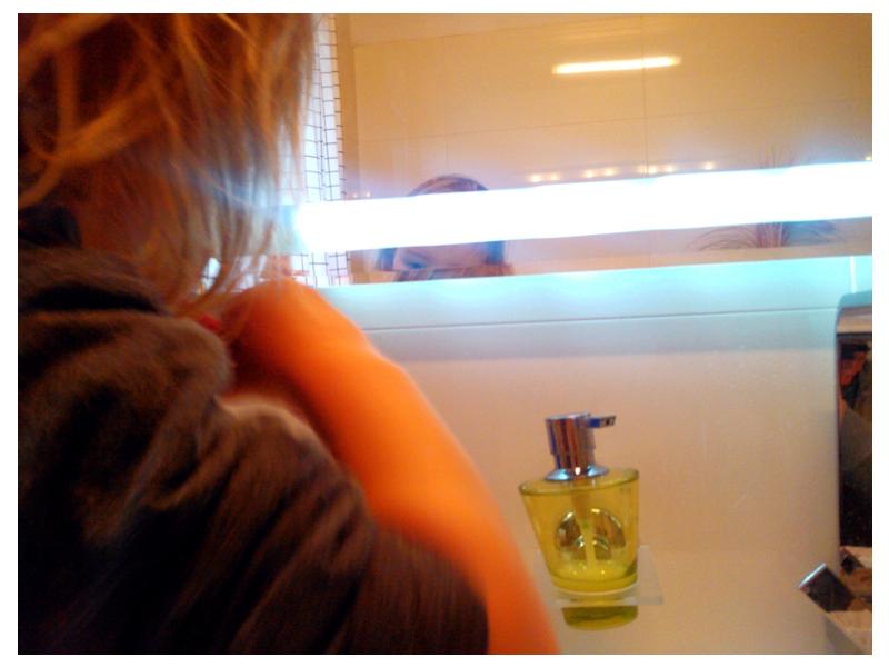 Mila im Badezimmer