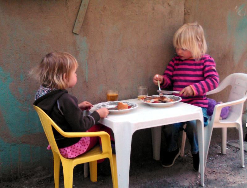 Mila und Laura essen
