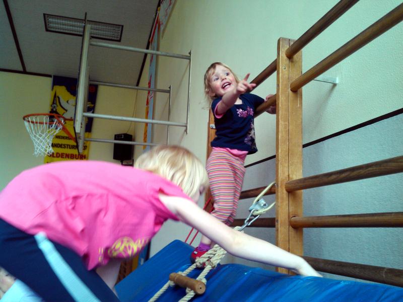 Mila beim Kinderturnen