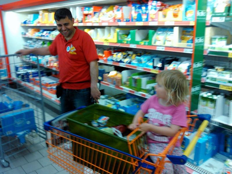 Mila kauft bei Netto ein.