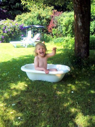 Mila planscht in der Badewanne.