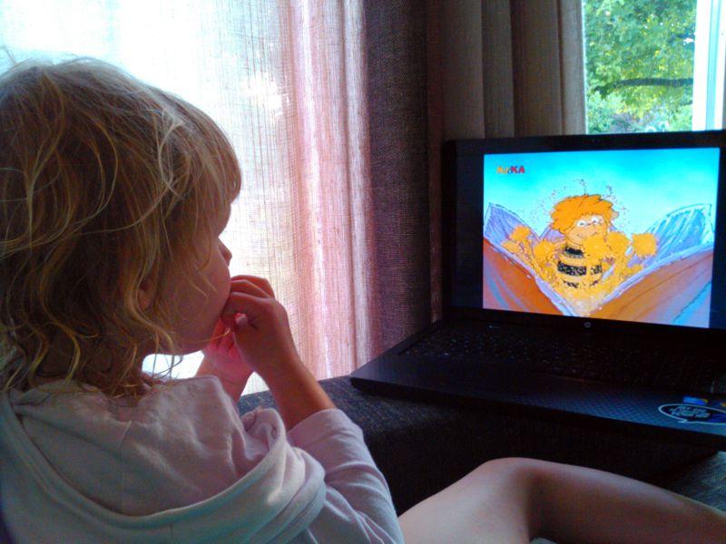 Mila sieht fern.