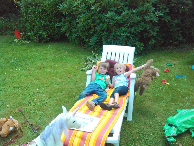 Mila und David auf der Gartenliege.