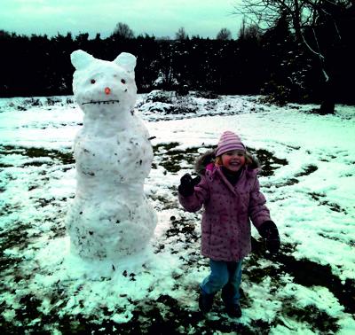 Mila mit Schneemann