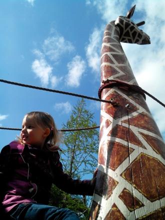 Mila auf einer Giraffe