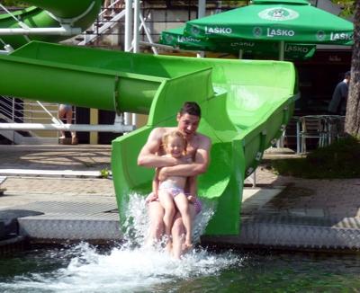 Mila und Papa auf der Wasserrutsche