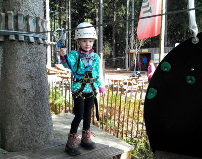 Mila im Kletterpark