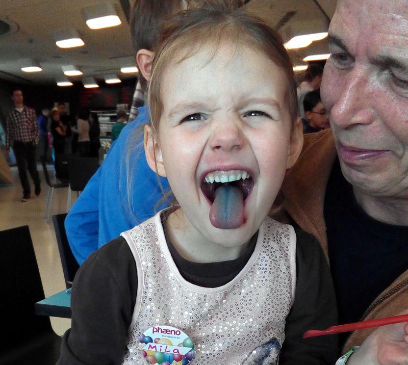 Mila mit blauer Zunge
